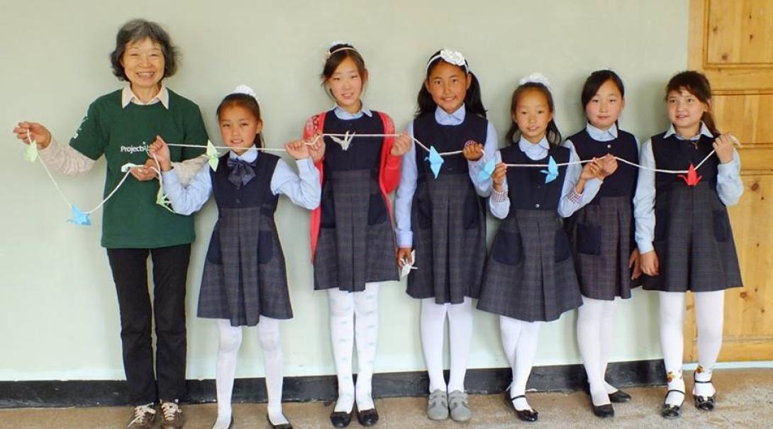 チャイルドケア活動に取り組む日本人ボランティアとモンゴルの子供たち